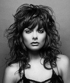 Photo d'une femme avec beaucoup de cheveux qui poussent rapidement